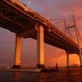 写真: 夕焼けのベイブリッジ