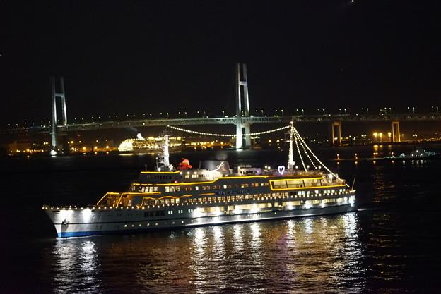 観光船とベイブリッジ