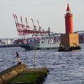 写真: 灯台と釣り人