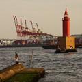 写真: 釣り人と灯台