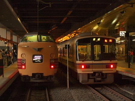 381系きのさきと221系普通 山陰本線京都駅02