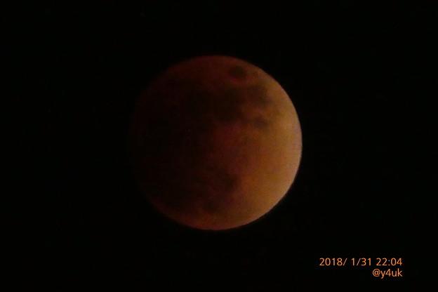 """22:04 """"皆既月食""""入り暗い赤銅色に~Super Blue Blood Moon~シャッター優先1/5秒手持ち1500mm"""