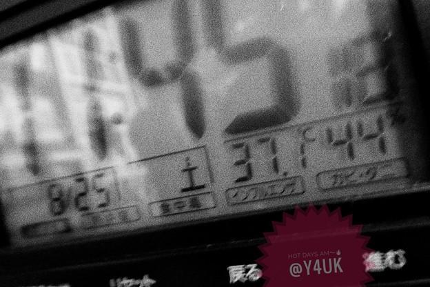 37.1℃ 44% 11:45 It's hot from the am-pm hotdays (rough monochrome:TZ85)酷暑再び…午前中からすでに暑すぎる(~_~;)