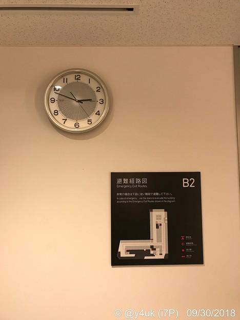 14:48地下B2避難経路図「エレベーターが使えない場合、階段で」壁かけてる位置関係に感性が~Live中~CITIZENよりどのお店でも掛けてるのはだいたいSEIKOが多い