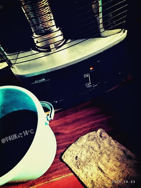 14℃冬到来(((;゚Д゚)))冬支度へ準備!バケツに水運び入れ雑巾でストーブ&床を汚れを水拭きDIY冷たい手、動いて汗。太ももやられた…湿布中(シップチュウ)~光と影shadow cleaning