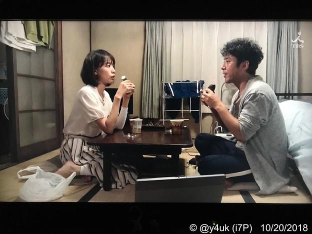 """コンビニおにぎり&カップ味噌汁、質素な夕飯でも愛あれば豪華ディナー。戸田恵梨香もムロツヨシも仲良く見つめあい食べあう、質素でも愛し合う2人は幸せ。この2人だから自然で完璧ドラマ恋がしたくなる""""大恋愛"""""""