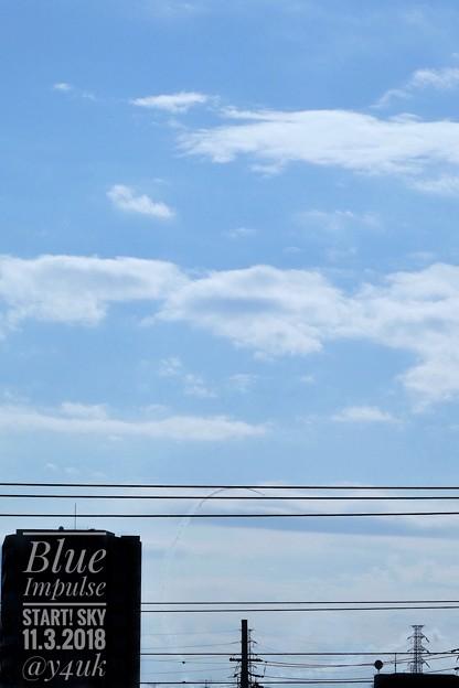 Photos: 13:34Blue Impulse 2018 Start!優しい青空に遥か遠く電線ビルの向こういきなり見えたー( ´ ▽ ` )ズーム!高倍率コンデジサイコー!(149mm/シャッター優先:TZ85)