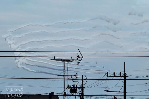Photos: 五線譜からの急旋回「→」アンテナ方向へ戻ろうえ?マジで?仲良し5機たちUターン!スモークの立体感~アンテナ街遥か遠く~寄れる行ける小さなズームコンデジサイコー!(361mm/シャッター優先:TZ85)