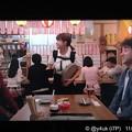 """5話:戸田恵梨香(尚)ムロツヨシ(真司)再会。女性店員のおんぶを見て「本当に生まれたんだ!」と笑顔。冗談が真実になった。明るさも挟むドラマだから大好き""""大恋愛""""INEDボートネックニットの赤お似合い♪"""