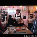 """Photos: 5話:戸田恵梨香(尚)ムロツヨシ(真司)再会。女性店員のおんぶを見て「本当に生まれたんだ!」と笑顔。冗談が真実になった。明るさも挟むドラマだから大好き""""大恋愛""""INEDボートネックニットの赤お似合い♪"""