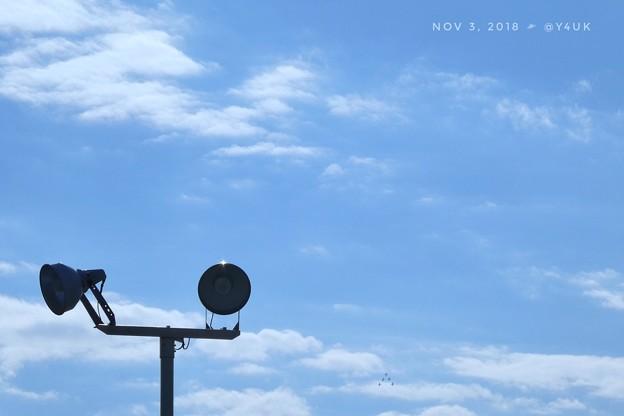 写真: 1分後すでに未確認飛行物体△基地方面から上がってくるぅ!もぅ瞬間移動し編隊のまま大空へ上ってゆく様だ!照明と綺麗な秋晴れ雲の優しい青空に描こうとブルーインパルスは夢と希望を乗せUFO秋桜歌いながら!
