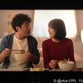 """Photos: 6話:思い出せなくても些細な事なら「ま、いっか!」( ´ ▽ ` )明るく前向き笑顔!支え合い笑い合い生きる力になれる!隣同士に座る優しい2人はXmasカラーでオールドファッション曲も似合う""""大恋愛"""""""