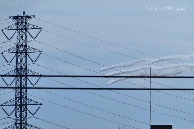 五線譜な電線に音符たちが踊る♪秋空に響くカルテットに聴衆は歓声!鉄塔の向こう、ブルーインパルス達はスモークぐるっと大旋回~コンデジズームで構図画角液晶画面で観て(750mm/シャッター優先:TZ85)