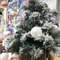 """17:10雪が降り積もるリアルで""""お値段以上""""のクリスマスツリー~旅の途中の夜Xmas雑貨観てるだけで小さな幸せ穏やか…ホントは飾りたいけど…1年中Xmasなら買ってた~純白、雪のsnow tree"""