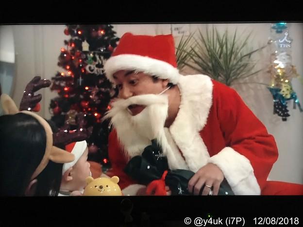 "Photos: 9話:ムロツヨシ(真司)「サンタだよ~!」我が子のため調子乗ったはいいがコワイ…恵一くん「号泣」我が子に泣かれるサンタさん優しいムロサンタ目一杯の装飾し3人想い出を~サンタはme Xmas""大恋愛"""