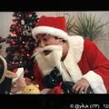 """写真: 9話:ムロツヨシ(真司)「サンタだよ~!」我が子のため調子乗ったはいいがコワイ…恵一くん「号泣」我が子に泣かれるサンタさん優しいムロサンタ目一杯の装飾し3人想い出を~サンタはme Xmas""""大恋愛"""""""