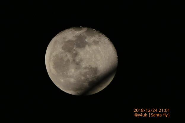Photos: 21:01Xmas Eve Moon Santa Flying over飛んでキター!月と奇跡のコラボ☆決定的瞬間☆この後東京で夜景写真のツイートあり!サンタさん優しいいるよ(1500mm:TZ85)