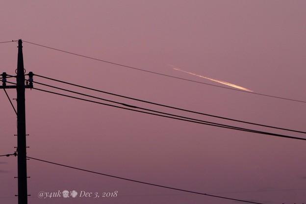 """12.3_16:23旅先にて""""夕暮れ、サンタ飛行中を発見!練習中!""""電柱電線越しに遠く夢を乗せsunset☆偶然2度とない奇跡☆速写コンデジ30倍ズームだから撮れた(706mm/夕日モード:TZ85)"""
