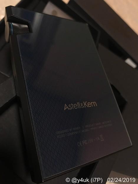 """Photos: 17:53_2.24""""AK70MKII""""背面もIRIVER製品のデザイン良いです。Appleに通ずる。純正カバー古くて売ってないから付けない滑るし角尖り痛いがいいね「音検証:EQいじるかHP変更か」"""