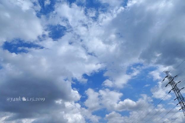"""5.15旅先その1.陽が熱い…5月ぽくない""""なつぞら""""青空が雲の間からピュアに覗くだけひとりきり、旅の始まり~暑さ朦朧疲労中でも湿布アクエリ冷却スプレー他持って大変な通院買い物他夜外食。他人達は優しい"""