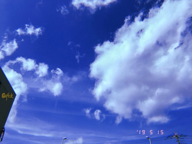 """Photos: 15:19_5.15旅先その2.暑い""""なつぞら""""5月の空じゃない青空と雲、街灯ビルも私も朦朧~美味しい雲もくもくも~5月の爽やか空じゃないcloud hotdaysすでに夏~旅の始まり~Filmモード"""