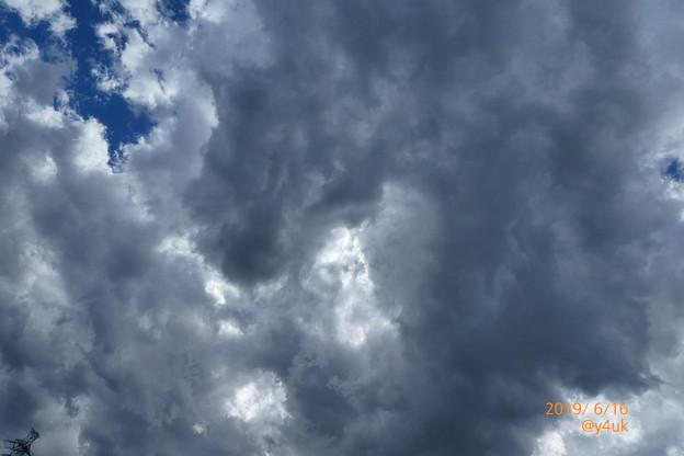 """きのう梅雨寒大雨18℃→きょう32℃超寒暖差+湿度=分厚い雨雲に覆われて蒸し暑い""""梅雨の晴れ間""""~低い大きな美味しくなさそうな雲・突然突風・隙間青空・インデペンデンスデイUFO的(25mm:TZ85)"""