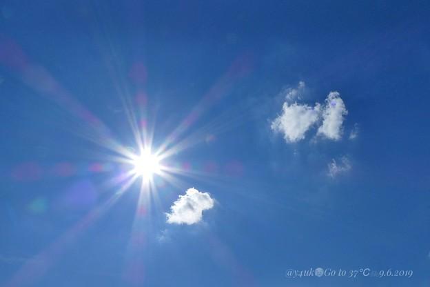 """37℃""""かんかん照り""""ピーカン青空、突き刺す太陽、食べられる雲、アクエリアス色を飲んでGo~旅直前のvery hot sky~疲労弱者すでに汗…頭突き刺す中チャリ行く勇気は命がけ(絞り優先:TZ85)"""