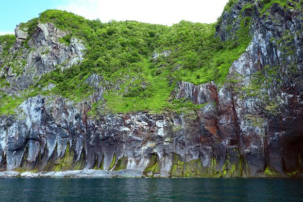 硫黄の染み出た崖