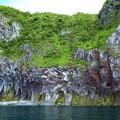 写真: 硫黄の染み出た崖