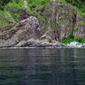 写真: 巨大な奇石 鮭の番屋