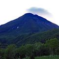 写真: 早朝の羅臼岳
