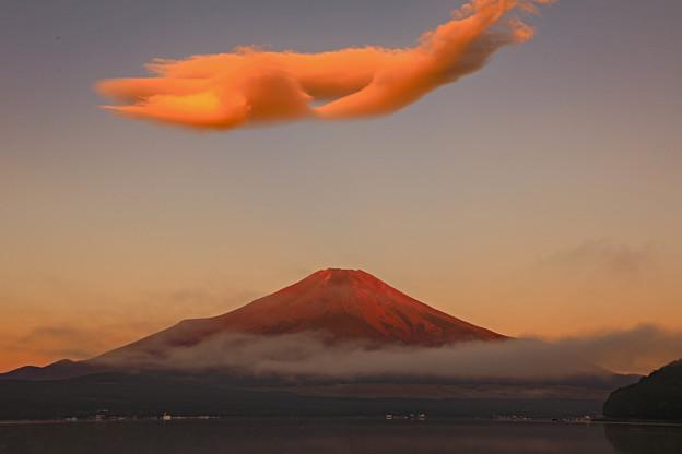 赤富士に浮かぶ