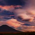 写真: 彩雲に包まれて