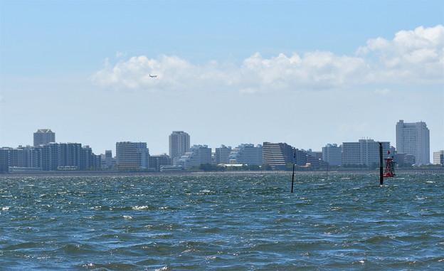 都会を望む海