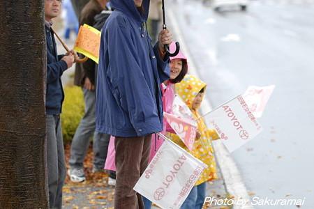 雨の中の応援の子供