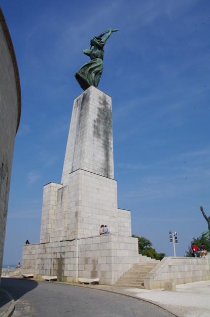 シュロの葉を掲げた女性像