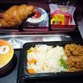 写真: QR812便の機内食