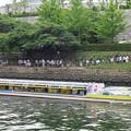 写真: 大阪城ホールへ向かう人達
