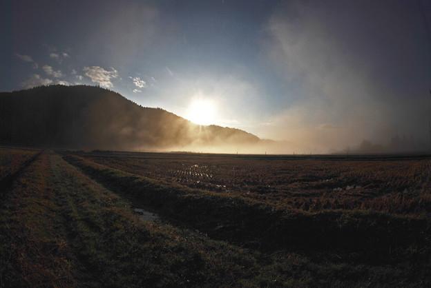 霧の中の日の出