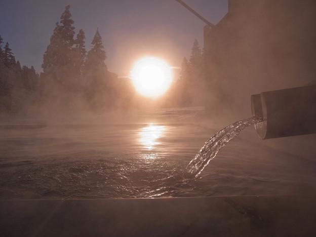 朝陽を浴びて、湯を浴びる