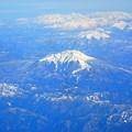 写真: 御嶽山~飛行機から