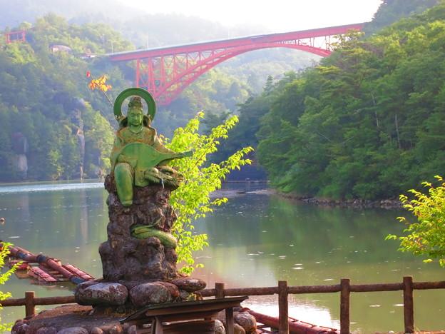 弁天さんと赤い橋