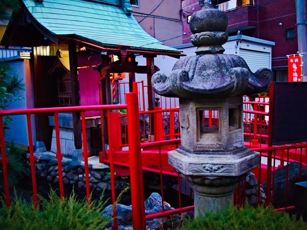 亀ヶ池弁財天 灯篭と橋