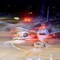 写真: 夜の羽田空港