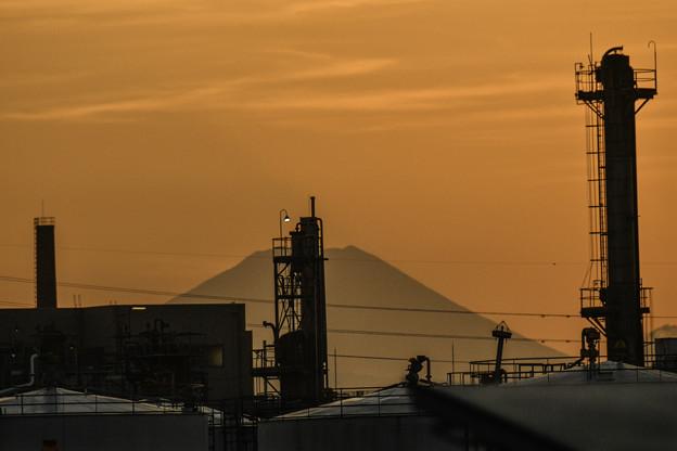 写真: 工場街の富士