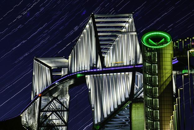 写真: 星降るゲートブリッジ(合成)