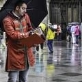 写真: 雨のウィーン「シュテファン寺院」