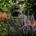 写真: 彼岸花と石仏