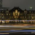 写真: 東京駅と光跡