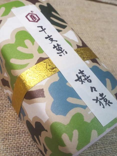 写真: 昨日千枚漬け買いに京都駅いったときに買うた新年用のお菓子ー! パッ...